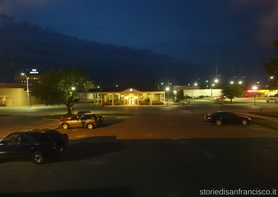 Una cittadina di notte in Iowa (2017)