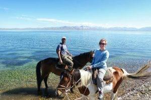 Passaggiata a cavallo sulla riva del lago Song Kol, in Kirghizistan